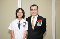 黃仁龍司長與吳彥琪同學於第二十五屆香港傑出學生頒獎禮中合照