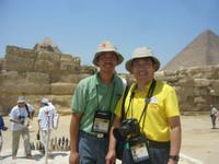與中國國家隊領隊王宏教授合照於金字塔前